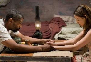 Eli (denzel Washington) ensina Solara (Mila Kunis) uma oração de agradecimento antes da refeição. Fonte: Divulgação/Reprodução