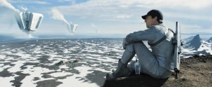 Jack Harper (Tom Cuise) contempla o que sobrou do planeta e as grandes máquinas que captam recursos naturais para a Tet. Fonte: Reprodução/Divulgação