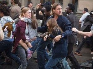 Garry Lane (Brad Pitt) e sua família em meio ao caos. Fonte: Divulgação/Reprodução.