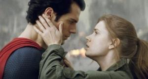O tradicional romance  entre Lois Lane (Amy Adams) e Clark Kant (Henry Cavill) sai um pouco da rotina. Fonte: Divulgação/Reprodução