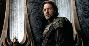 Russell Crowe interpreta Jor-El, pai de Kal-El, e tem uma participação fundamental na vida do filho ao enviá-lo para o planeta Terra. Fonte: Divulgação/Reprodução