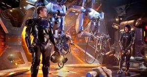 Chalie Hunnam interpreta o piloto veterano Raleigh Becket, que ajuda sua treinadora Mako Mori (Rinko Kikushi) a enfrentar seus medos e a realizar uma boa conexão neural. Fonte: Divulgação Reprodução.