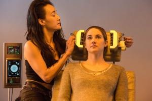Tris (Shailene Woodley) precisa passar pelo teste, para saber a qual facção pertence. Nesse momento, ela percebe que é diferente, alguém que capaz de se adaptar a tudo, mas não se encaixa em nada. Fonte: Divulgação-reprodução.